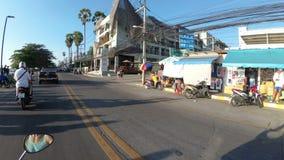 Montada em um velomotor ao longo da terraplenagem asiática de Jomtien tailândia Pattaya vídeos de arquivo