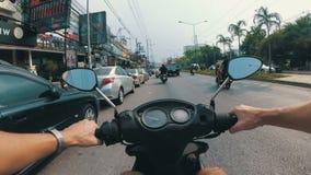 Montada em um velomotor ao longo do tráfego rodoviário asiático Tailândia, Pattaya video estoque