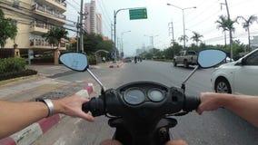 Montada em um velomotor ao longo do tráfego rodoviário asiático Tailândia, Pattaya vídeos de arquivo