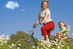 Montada no campo com uma bicicleta Foto de Stock Royalty Free