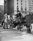 Montada no estilo - motorista do transporte na plaza grande do exército (a borda do Central Park) que prepara-se para tomar clien Fotografia de Stock