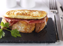 Montadito de fritou o queijo fresco com presunto curado. imagens de stock royalty free