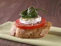Montadito végétal. Casse-croûte végétarien. Photographie stock libre de droits