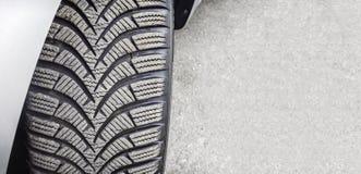 Montado en cierre del neumático del coche de la rueda para arriba fotos de archivo libres de regalías