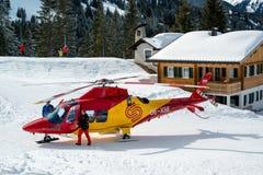 Helicóptero del rescate en el área de esquí de Montafon Foto de archivo libre de regalías
