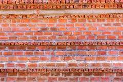 Montag-Backsteinmauer mit unterschiedlichem Ausrichtungshintergrund stockbild