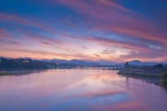 Montag-Brücke und Sonnenaufgang, altes Konstruieren in Thailand stockfoto