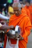 Montag-buddhistische Mönche, die Almosen montieren lizenzfreies stockbild