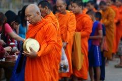Montag-buddhistische Mönche, die Almosen montieren stockbild