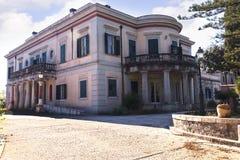 Montag-Repospalast, der im Jahre 1924 durch hohen Kommissar Frederick Adam errichtet wurde und neueres Eigentum der griechischen  Lizenzfreie Stockbilder