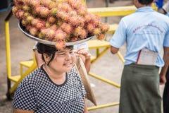 Montag-Zustand, Myanmar - 2558 22. Juni: Birmanische Frauen, die Frucht verkaufen Stockfotografie