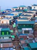 MONTAG-ZUSTAND, MYANMAR - 26. MÄRZ 2015: Gekrähte Bewohner und Shops auf dem Berg um Kyaiktiyo Pago Stockbilder
