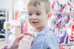 Montage d'enfant d'enfant de garçon de magasin personne photo stock