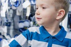 Montage d'enfant d'enfant de garçon de magasin toddler photographie stock libre de droits