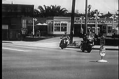 Montage der Motorradpolizei und der Begräbnis- Autos auf Straße stock video