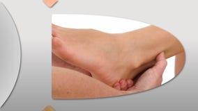 Montage einer Frau, die eine Fußmassage genießt stock video