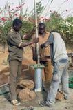 Montage einer Pumpe in Burkina Faso Lizenzfreies Stockfoto