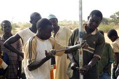 Montage einer Pumpe in Burkina Faso Stockbilder