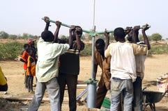 Montage einer Pumpe in Burkina Faso Stockfotografie