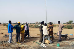 Montage einer Pumpe in Burkina Faso Stockfotos