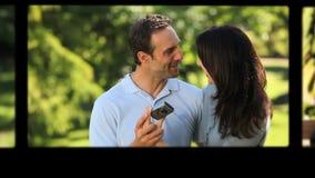 Montage eines jungen entspannenden Paares stock footage