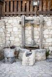 Montage en pierre antique avec une meule et une presse images libres de droits