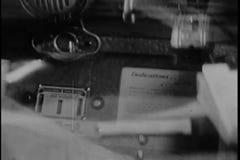 Montage funktionierenden Musikautomaten vierziger Jahre des Mannes stock footage