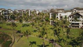 Montage luxueux kapalua de 5 *resort parmi la nature tropicale sur la vue d'oeil du ` s d'oiseau sur l'île Maui, Hawaï banque de vidéos