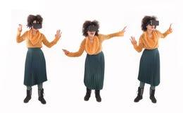 Montage mit der jungen Frau, die Spaß mit Gläsern der virtuellen Realität hat stockbilder