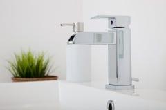 Montage moderne de robinet en métal de chrome dans une salle de bains Photographie stock libre de droits