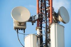 Montage von Antennen und Turmerweiterungen und -telekommunikation stockfotos