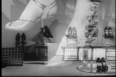 Montage von den Frauen, die auf Schuhen und Zubehör versuchen stock video footage