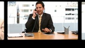 Montage von den verschiedenen Völkern, die am Telefon sprechen stock footage