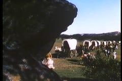 Montage von Planwägen und von reisendem Cross Country der Siedler stock video footage