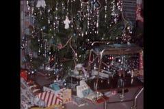 Montage von Weihnachtsdekorationen und -geschenken auf Boden stock footage