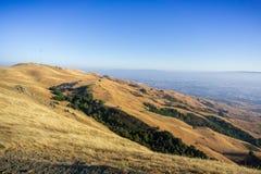 Montagem Allison e os montes dourados que cercam a em um dia ensolarado; San Jose do centro no fundo, sul San Francisco Bay, imagem de stock