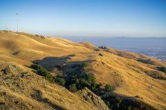 Montagem Allison e os montes dourados que cercam a em um dia ensolarado; San Jose do centro no fundo, sul San Francisco Bay, foto de stock royalty free