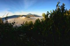 A montagem Bromo, é um vulcão ativo e uma parte do massif de Tengger, em East Java, Indonésia imagem de stock