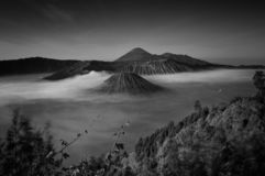 A montagem Bromo, é um vulcão ativo e uma parte do massif de Tengger, em East Java, Indonésia foto de stock