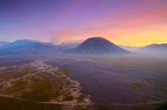 A montagem Bromo, é um vulcão ativo e uma parte do massif de Tengger, em East Java, Indonésia foto de stock royalty free