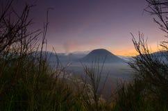 A montagem Bromo, é um vulcão ativo e uma parte do massif de Tengger, em East Java, Indonésia fotos de stock