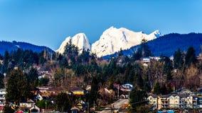 Montagem coberto de neve Robie Reid sobre a cidade da missão, Columbia Britânica, Canadá foto de stock