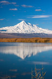 A montagem de Ararat refletiu no lago fotografia de stock royalty free