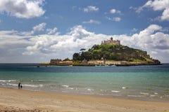 Montagem de St Michael vista da praia imagens de stock royalty free