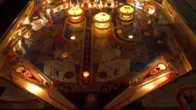 Montagem do pinball do vintage de batidas abundantes, de giradores, de luzes e de bônus filme