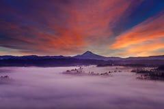 Montagem Hood Foggy Landscape no alvorecer imagem de stock royalty free