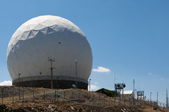 MONTAGEM OLYMPOS, CYPRUS/GREECE - 21 DE JULHO: Estação de radar na montagem foto de stock royalty free