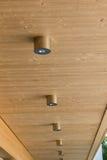 Montagem redonda moderna das lâmpadas no toldo de Wodden imagens de stock