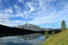 Montagem Rundle refletido no lago two Jack Foto de Stock Royalty Free