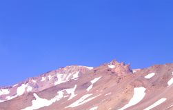 Montagem Shasta em Califórnia com neve em um dia de verão sem nuvens ensolarado foto de stock royalty free